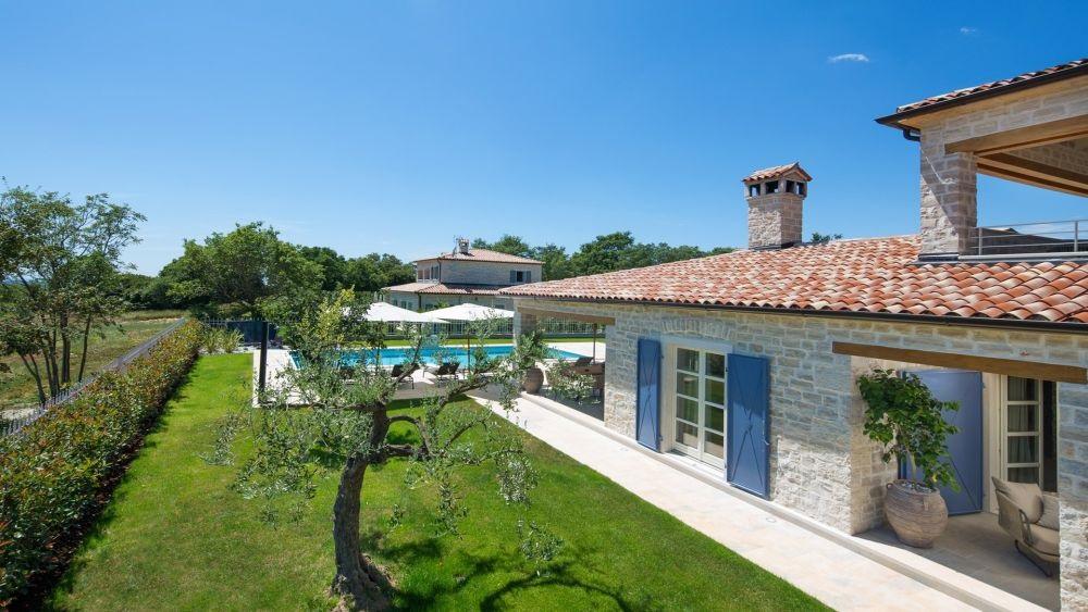 - villa with pool - superb designer interiors - great comfort - near Kanfanar/Rovinj area - estate with 4 luxury villas, playground, sport centre - number of rooms : 5 - number of bathrooms : 6 - number of bedrooms : 4  - large yard, private pool, parking - airconditioned, wifi internet - organic garden