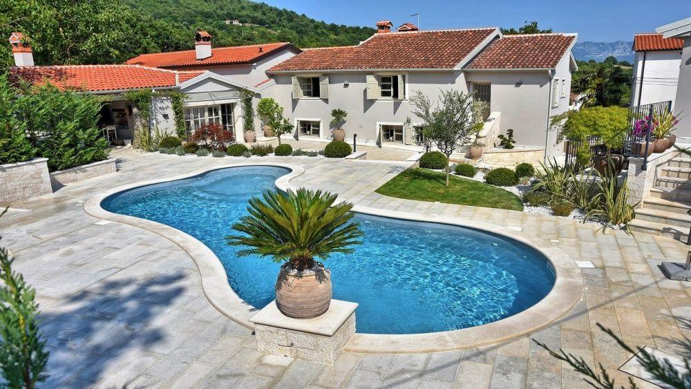 - jedinstvena vila sa bazenom - smješten au malom mjestu u srcu Istre - 5 spavaćih soba i 8 kupaonica - veliki vrt, privatni bazen i parking - klimatizirano, wifi internet