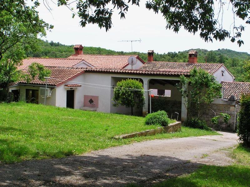 - apartman za 4 osobe - Cijena od 50 Eur za app. na noć - 2 km od plaže i centra Poreča - prostrani vrt i šumovita okućnica - osiguran parking, roštilj - terasa
