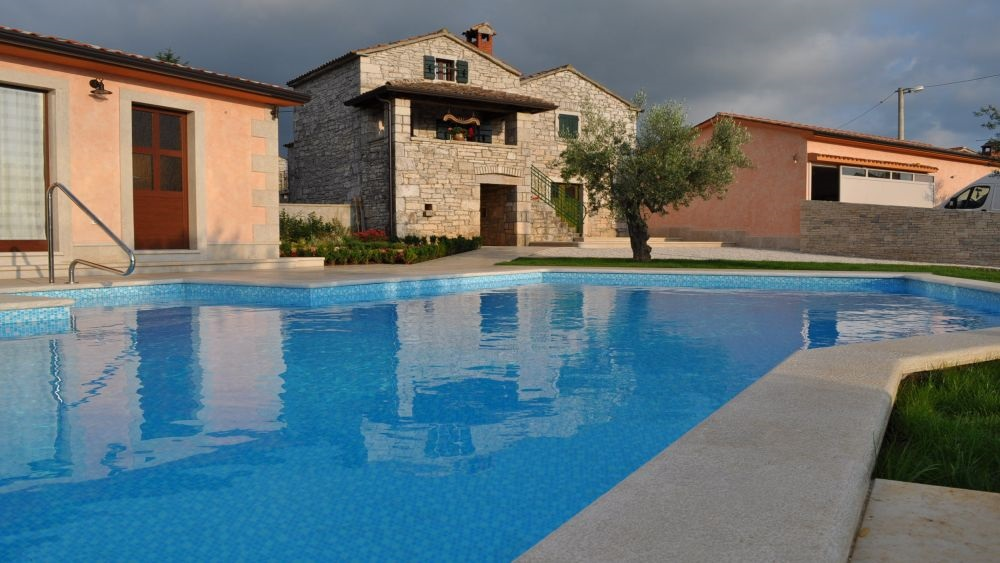 - renovated istrian house for max. 12 persons - lage pool house with fireplace - swimming pool, sunbathing terrace - parking, Wifi internet, airconditioned - jacuzzi, decorated garden