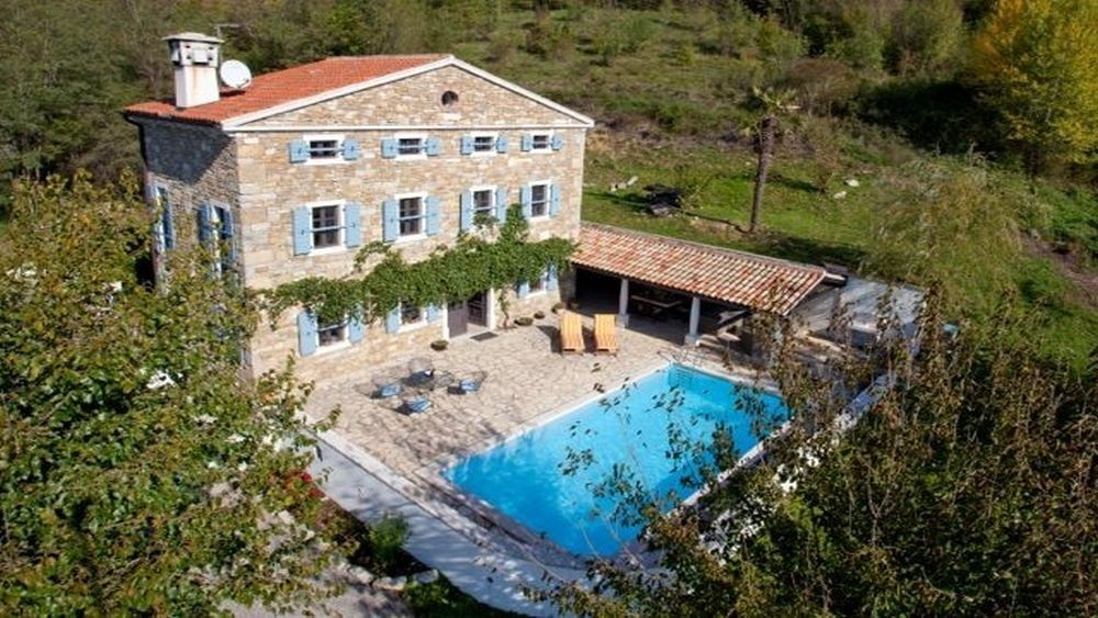- beautiful renovated istrian villa with pool   Prices: from 1345 euro/villa per week - 200 m2 with large garden - great view on Motovun - 4 bedrooms and 3 bathrooms for 8 people - TV lounge, living room with fireplace - fully equipped kitchen - parking, pool and barbecue area